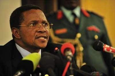 Le président tanzanien procède à des limogeages après un scandale financier.